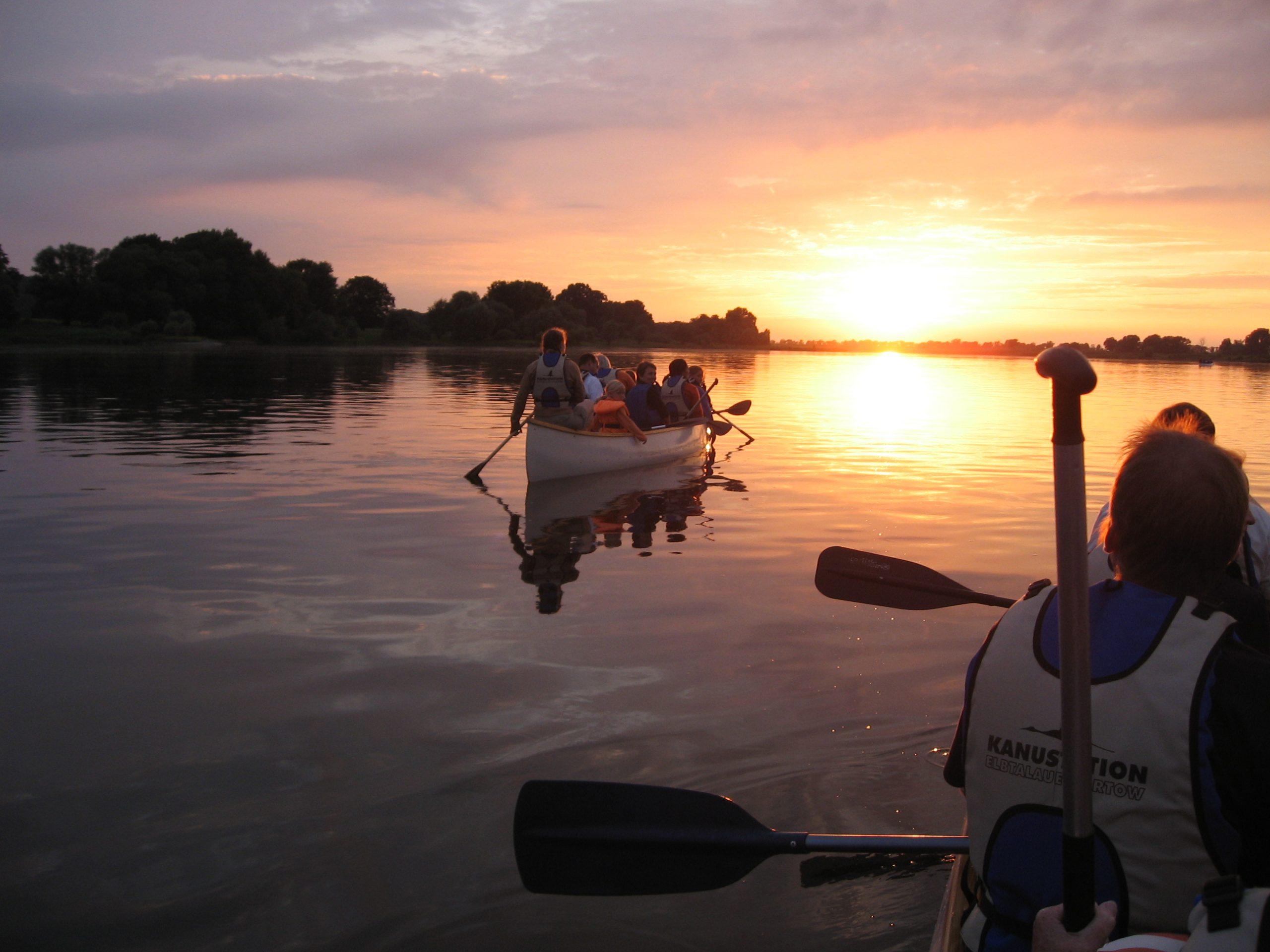 Im Kanadier auf der Elbe in den Sonnenuntergang fahren